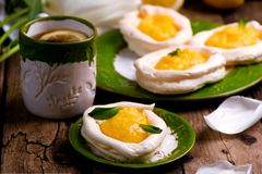 Διαμορφωμένες αυγό φωλιές μαρέγκας με τη στάρπη λεμονιών παραδοσιακές ζύμες Πάσχας στοκ εικόνες