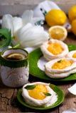Διαμορφωμένες αυγό φωλιές μαρέγκας με τη στάρπη λεμονιών παραδοσιακές ζύμες Πάσχας στοκ εικόνα με δικαίωμα ελεύθερης χρήσης