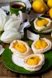 Διαμορφωμένες αυγό φωλιές μαρέγκας με τη στάρπη λεμονιών παραδοσιακές ζύμες Πάσχας στοκ φωτογραφία