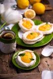 Διαμορφωμένες αυγό φωλιές μαρέγκας με τη στάρπη λεμονιών παραδοσιακές ζύμες Πάσχας στοκ φωτογραφία με δικαίωμα ελεύθερης χρήσης