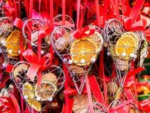 Διαμορφωμένες καρδιά διακοσμήσεις Χριστουγέννων με τα φρούτα, κόκκινα χρώματα Στοκ Εικόνες