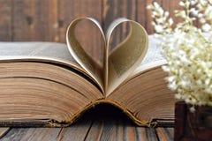 Διαμορφωμένες καρδιά σελίδες βιβλίων Στοκ φωτογραφία με δικαίωμα ελεύθερης χρήσης