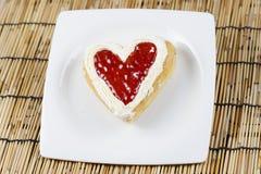 Διαμορφωμένες καρδιά doughnut φράουλα και κρέμα Στοκ εικόνα με δικαίωμα ελεύθερης χρήσης