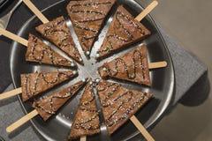 Διαμορφωμένη δέντρο έρημος κέικ σοκολάτας σε μια εσωτερική κουζίνα Στοκ φωτογραφία με δικαίωμα ελεύθερης χρήσης
