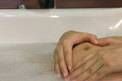 Διαμορφωμένη εκμετάλλευση καρδιών γυναικών χέρι στην κοιλιά έγκυο στοκ εικόνα