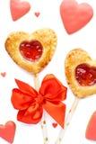 Διαμορφωμένη η καρδιά πίτα φραουλών σκάει, κόκκινες βερνικωμένες μπισκότα και καραμέλα στοκ εικόνες