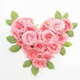 Διαμορφωμένη καρδιά ανθοδέσμη των τριαντάφυλλων στο άσπρο υπόβαθρο Τοπ όψη στοκ εικόνες με δικαίωμα ελεύθερης χρήσης