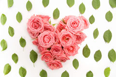 Διαμορφωμένη καρδιά ανθοδέσμη των τριαντάφυλλων στο άσπρο υπόβαθρο Τοπ όψη στοκ εικόνες