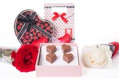 Διαμορφωμένη καρδιά αγάπη σοκολάτας στο ρόδινο κιβώτιο δώρων και ημέρα βαλεντίνων τριαντάφυλλων Στοκ Εικόνα