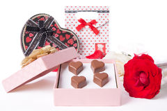 Διαμορφωμένη καρδιά αγάπη σοκολάτας στο ρόδινο κιβώτιο δώρων και ημέρα βαλεντίνων τριαντάφυλλων Στοκ Εικόνες