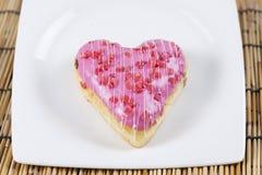 Διαμορφωμένη καρδιά doughnut φράουλα Στοκ φωτογραφία με δικαίωμα ελεύθερης χρήσης