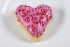 Διαμορφωμένη καρδιά doughnut φράουλα Στοκ Φωτογραφίες