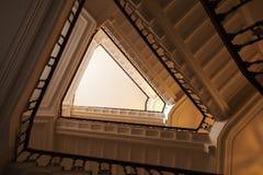 Διαμορφωμένη τρίγωνο πτήση των σκαλοπατιών, που ανατρέχει στοκ φωτογραφίες