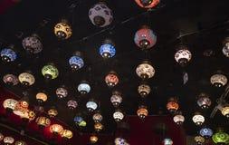 Διαμορφωμένοι περιφερειακοί λαμπτήρες που κρεμιούνται στον τοίχο στοκ φωτογραφία