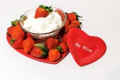Διαμορφωμένος καρδιά δίσκος που γεμίζουν με τις φράουλες και κόκκινη καρδιά στο fron στοκ εικόνες