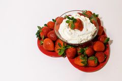 Διαμορφωμένος καρδιά δίσκος που γεμίζουν με τις ώριμες φράουλες στοκ φωτογραφία