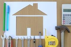 Διαμορφωμένο έγγραφο σπίτι σε ένα υπόβαθρο του καφετιών ξύλου και του βιοτέχνη τ Στοκ Φωτογραφίες