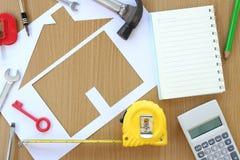 Διαμορφωμένο έγγραφο σπίτι σε ένα υπόβαθρο του καφετιών ξύλου και του βιοτέχνη τ Στοκ εικόνα με δικαίωμα ελεύθερης χρήσης