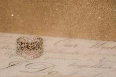 Διαμορφωμένο καρδιά δαχτυλίδι με ένα λαμπιρίζοντας υπόβαθρο στοκ εικόνες με δικαίωμα ελεύθερης χρήσης