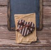 Διαμορφωμένο καρδιά κιβώτιο δώρων ημέρας βαλεντίνων σε έναν πίνακα κιμωλίας Στοκ εικόνες με δικαίωμα ελεύθερης χρήσης