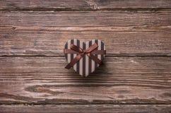 Διαμορφωμένο καρδιά κιβώτιο δώρων ημέρας βαλεντίνων Στοκ Εικόνες