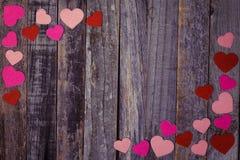 Διαμορφωμένο καρδιά κομφετί στο ξύλινο υπόβαθρο Στοκ Εικόνα