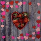 Διαμορφωμένο καρδιά κύπελλο των φραουλών στο ξύλινο υπόβαθρο Στοκ εικόνα με δικαίωμα ελεύθερης χρήσης
