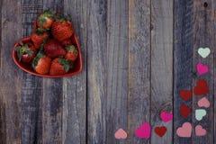 Διαμορφωμένο καρδιά κύπελλο των φραουλών στο ξύλινο υπόβαθρο Στοκ φωτογραφία με δικαίωμα ελεύθερης χρήσης