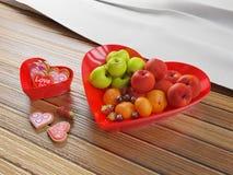 Διαμορφωμένο καρδιά κύπελλο φρούτων και κύπελλο μπισκότων Στοκ Εικόνες