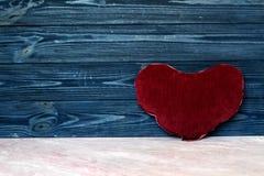 Διαμορφωμένο καρδιά μαξιλάρι στον ξύλινο τοίχο Στοκ φωτογραφίες με δικαίωμα ελεύθερης χρήσης