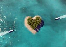 Διαμορφωμένο καρδιά νησί παραδείσου Στοκ Φωτογραφία