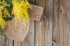 Διαμορφωμένο καρδιά έγγραφο για το ξύλινο υπόβαθρο, σας αγαπώ κείμενο Στοκ Εικόνες