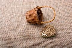 Διαμορφωμένο καρδιά αντικείμενο εκτός από ένα καλάθι στοκ εικόνες