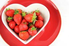 Διαμορφωμένο καρδιά κύπελλο των juicy κόκκινων φραουλών Στοκ Εικόνες