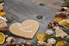 Διαμορφωμένο καρδιά μελόψωμο Χριστουγέννων Στοκ Εικόνες
