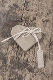 Διαμορφωμένο καρδιά δώρο με την ετικέττα ονόματος στο ξύλο Στοκ φωτογραφία με δικαίωμα ελεύθερης χρήσης