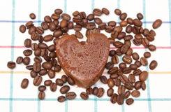 Διαμορφωμένο καρδιά muffin με τα σιτάρια καφέ στο ζωηρόχρωμο ύφασμα Στοκ εικόνα με δικαίωμα ελεύθερης χρήσης