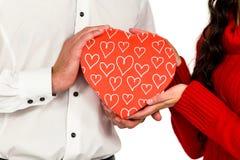 Διαμορφωμένο κιβώτιο δώρων εκμετάλλευσης ζεύγους καρδιά Στοκ Φωτογραφία