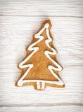 Διαμορφωμένο μπισκότο μελοψωμάτων χριστουγεννιάτικων δέντρων, Yuletide, εύθυμος Χριστός στοκ φωτογραφία με δικαίωμα ελεύθερης χρήσης