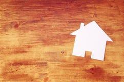 Διαμορφωμένο σπίτι έγγραφο που κόβεται πέρα από τον ξύλινο πίνακα Δωμάτιο για το κείμενο Στοκ φωτογραφία με δικαίωμα ελεύθερης χρήσης