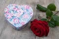 Διαμορφωμένο το καρδιά κιβώτιο με ένα κόκκινο αυξήθηκε Στοκ εικόνα με δικαίωμα ελεύθερης χρήσης