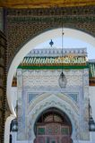 Διαμορφώστε και ζωηρόχρωμο μουσουλμανικό τέμενος με πολλές διακοσμήσεις και γλυπτικές σε Fes, Μαρόκο, Βόρεια Αφρική Στοκ Εικόνες