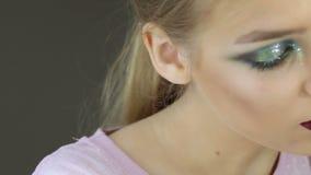 διαμορφώστε makeup Γυναίκα με τη ζωηρόχρωμη τέχνη makeup και σωμάτων φιλμ μικρού μήκους