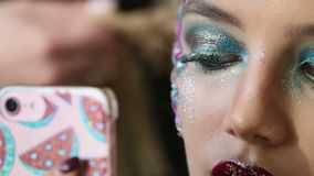 διαμορφώστε makeup Γυναίκα με τη ζωηρόχρωμη τέχνη makeup και σωμάτων απόθεμα βίντεο