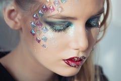 διαμορφώστε makeup Γυναίκα με τη ζωηρόχρωμη τέχνη makeup και σωμάτων Στοκ Εικόνες