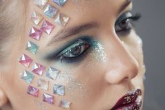 διαμορφώστε makeup Γυναίκα με τη ζωηρόχρωμη τέχνη makeup και σωμάτων Στοκ Εικόνα