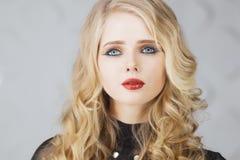 διαμορφώστε makeup Γυναίκα με τη ζωηρόχρωμη τέχνη makeup και σωμάτων Στοκ φωτογραφίες με δικαίωμα ελεύθερης χρήσης