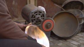 Διαμόρφωση ενός παραδοσιακού πιάτου βαρελοποιών με μια σμύριδα στην αγορά βιοτεχνών Fes, Μαρόκο, Βόρεια Αφρική απόθεμα βίντεο