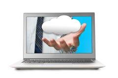 Διανείμετε από την οθόνη lap-top με το σύννεφο Στοκ εικόνα με δικαίωμα ελεύθερης χρήσης