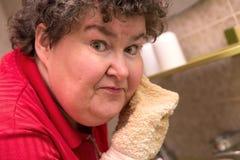 Διανοητικά - με ειδικές ανάγκες γυναίκα που πλένει το πρόσωπό της στο λουτρό στοκ εικόνα